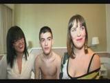 18 éves srác anyjával és barátnőjével