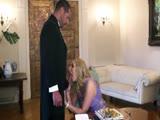Fiatal feleség férje előtt kúr az asztalnál